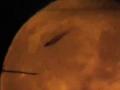 1382505661_astronom-zasnyal-letyashuyu-na-fone-luny-bol-shuyu-chernuyu-ten