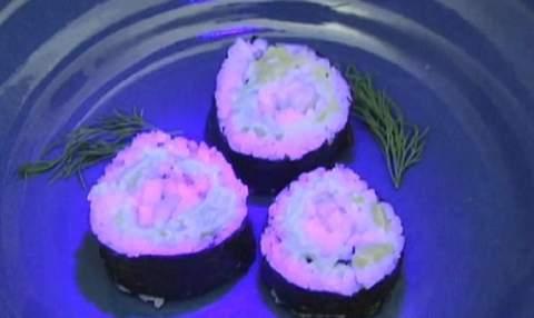 В американских ресторанах подают суши, которые светятся в темноте.