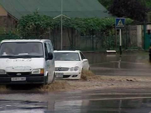 Наводнение блокировало движение машин и поездов в Грузии