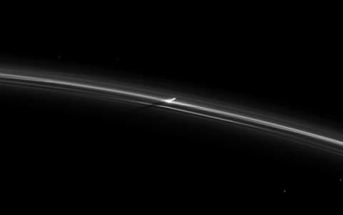 Одно из колец Сатурна озаряется и гаснет очень странным образом.