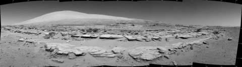 Марсианский пейзаж с рядами слоистых камней и горой Шарпа