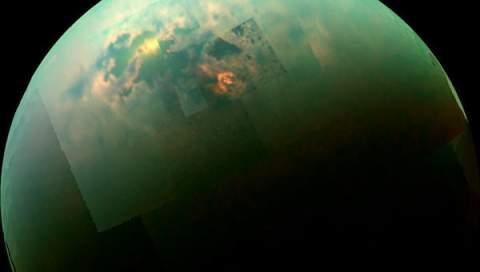 «Кассини» получил фотографии Титана, «купающегося» в солнечном ветре